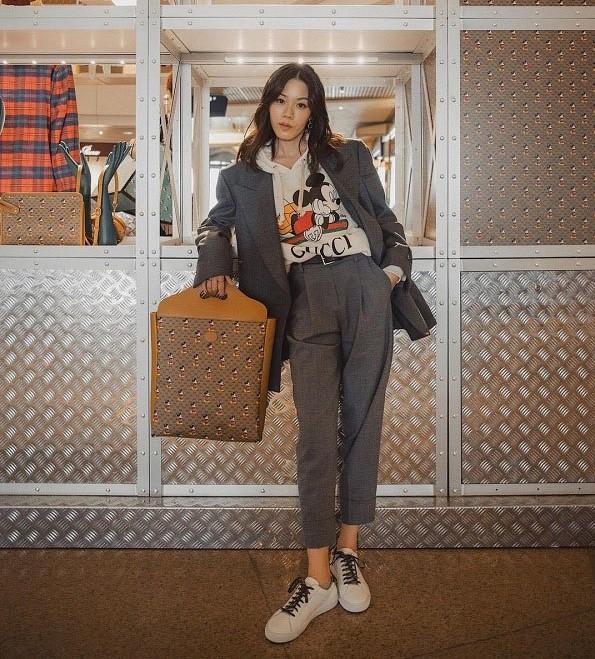 Áo hoodie và blazer là một set đồ vô cùng hoàn hảo, mang lại sự trẻ trung và năng động cho các nàng