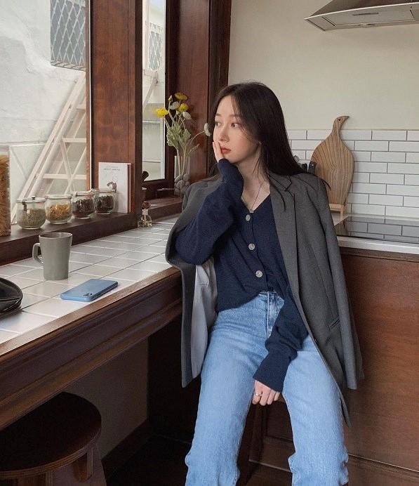 Áo cardigan mix với áo blazer là một sự kết hợp vô cùng mới lạ và đẹp mắt