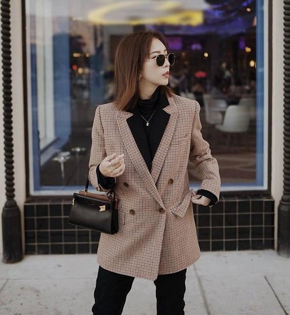 Việc kết hợp chiếc quần đen của bạn cùng với áo blazer kẻ sẽ tạo nên set đồ vô cùng thanh lịch và không gây nhàm chán