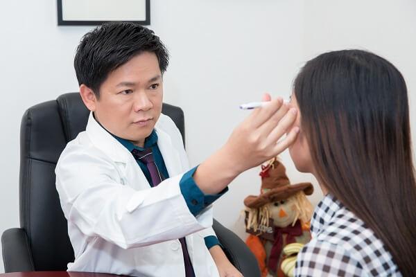 Bác sĩ thăm khám trực tiếp tình hình sức khỏe