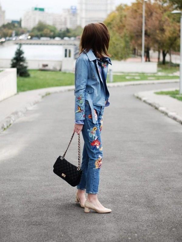 Những chiếc quần jeans thêu đã lỗi mốt từ rất lâu