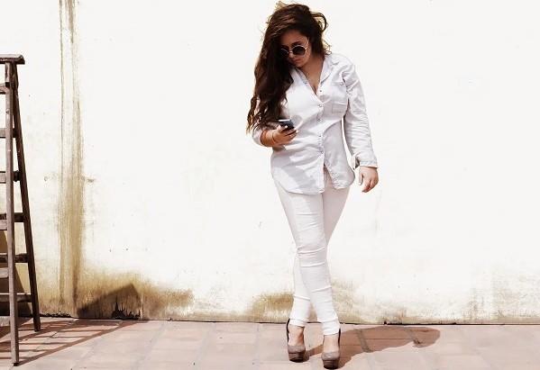 Những chiếc quần jeans trắng bó sát rất khó mix đồ, đôi chân của các nàng rất dễ bị lộ nhược điểm kém thon gọn khi diện chúng