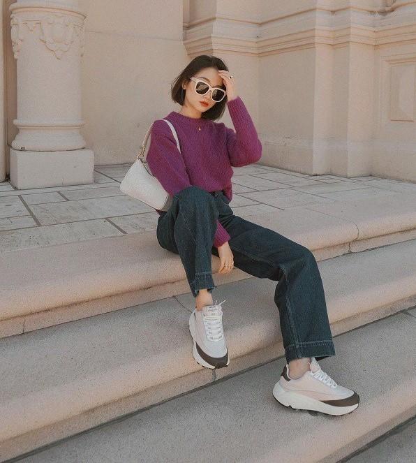 Áo len với quần jeans luôn là sự lựa chọn hoàn hảo và nhanh gọn cho các cô nàng công sở