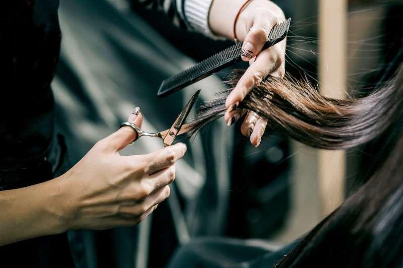 Cắt tỉa tóc thường xuyên giúp loại bỏ tóc hư tổn ở phần ngọn