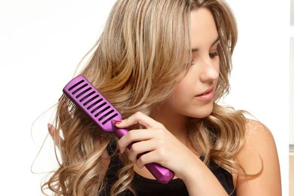 Chải tóc bằng lược một cách nhẹ nhàng để tránh gãy rụng tóc